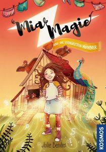 Cover des Kinderbuches Mia Magie und die verrückten Hühner. Die Junghexe Mia steht vor einem Hühnerstall und lässt Buchstaben umherfliegen.