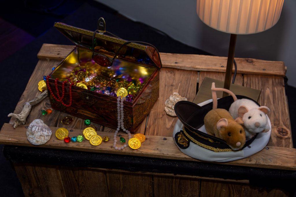 Schatzkiste mit Goldmünzen und Juwelen