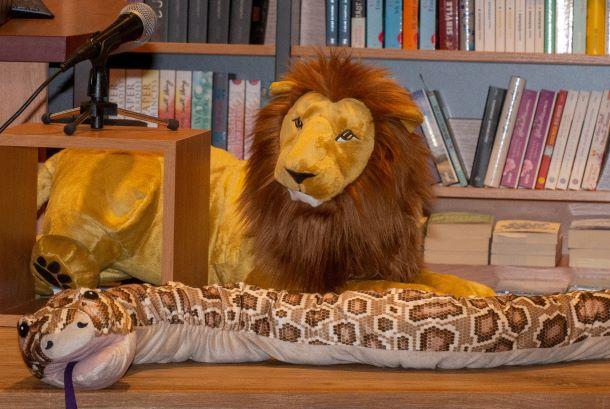 Löwe und Schlange aus Plüsch auf einem Tisch