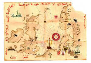 Schatzkarte. Eine alte Karte der Nordsee mit Koggen, Wappen, Seeungeheuern und einer Windrose. Um den Rand herum stehen geheimnisvolle, arabisch aussehende Schriftzeichen.