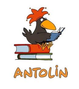 Der Rabe Antolin sitzt auf einem Bücherstapel.
