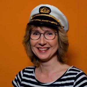 Kinderbuchautorin Julie Bender mit Ringelshirt Kapitänsmütze